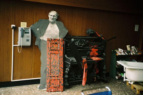Ernst Busch aus Pappe im Foyer der Schauspielschule