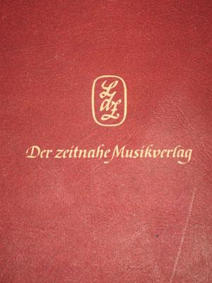 Emblem und Slogan des Verlags auf der Rückseite eines Buches